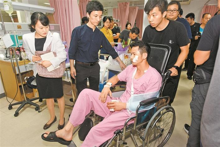 7月7日凌晨,在泰国普吉岛,翻船事故幸存者黄俊雄被朋友送回病房.