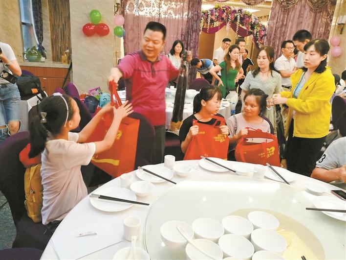 福彩中心主任林清(左二)泉给每位小朋友都准备了礼物.
