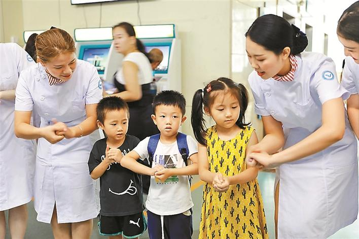 护士小姐姐们教小朋友正确的洗手方法.