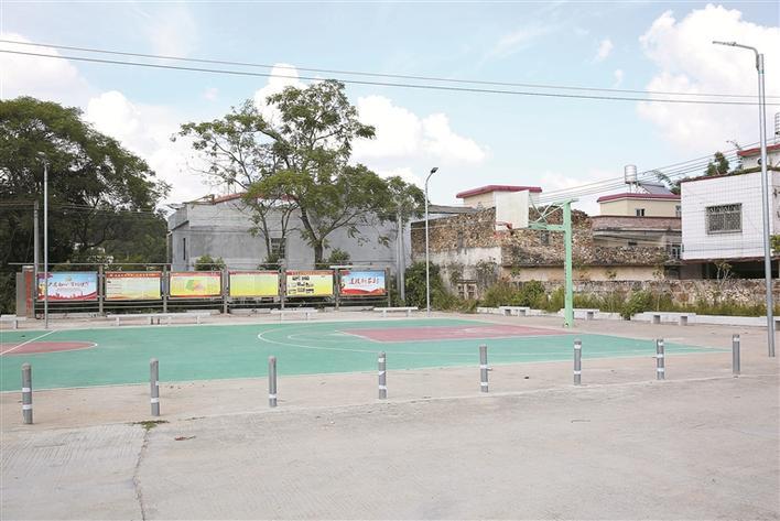 燕罗街道帮扶资助建成的村篮球场.