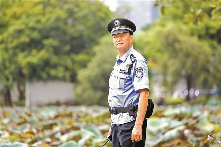 """洪湖社区""""好警长""""施小雄: 不辞辛劳坚守岗位 群众安全常挂心间"""