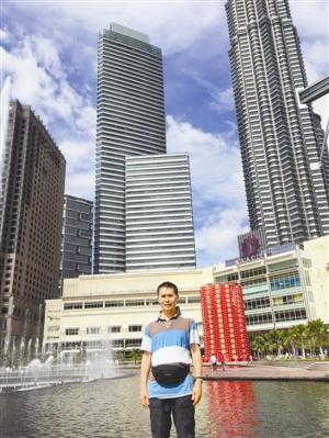 郑学定在马来西亚双子塔游玩